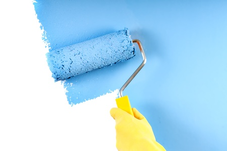 blaue Farbe Malerei Mauer mit Roller Standard-Bild