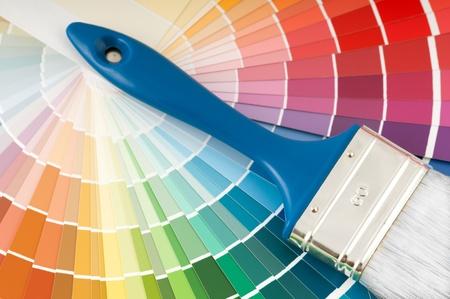 leíró szín: színes paletta és ecset kék fogantyúval Stock fotó