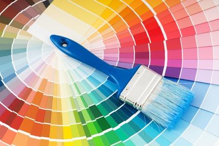 paleta de pintor: paleta de colores y el pincel con mango azul Foto de archivo