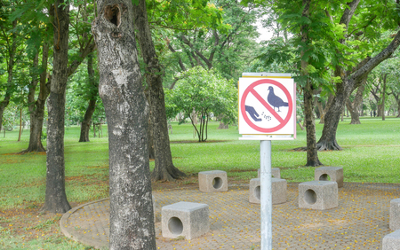 Label warning Do not feed bird food sign in the public park. Stock Photo
