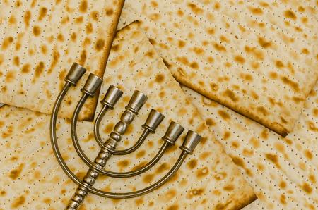 yiddish: Menorah, il candelabro ebraico tradizionale, di fronte a Matzot