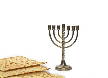 yiddish: Menorah, il candelabro ebraico tradizionale, e Matzot
