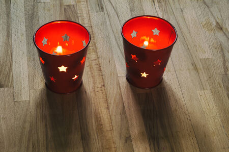 suspenso: un par de faroles de velas de vacaciones en una mesa de madera
