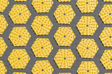 regular: schema regolare di dischi appuntite su un tappetino di agopuntura Archivio Fotografico