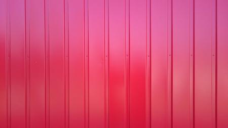 lineas verticales: pared de metal rojo con líneas verticales Foto de archivo