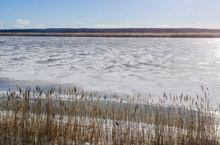 晴れた冬の日にリガ、ラトビアに冷凍の見たリエルペ川