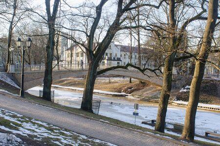 晴れた冬の日のリガ、ラトビア、要塞の丘公園の小さな橋 写真素材