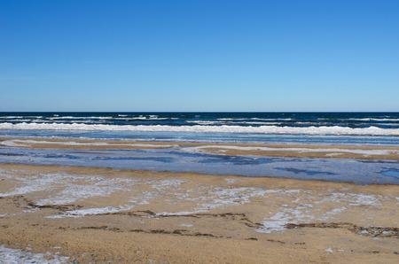 ユールマラのビーチで氷のようなバルト海、リガ湾のリゾート町を表示します。