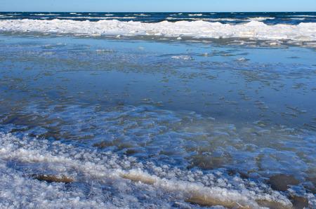 冬の寒さと凍結のバルチック海の地平線