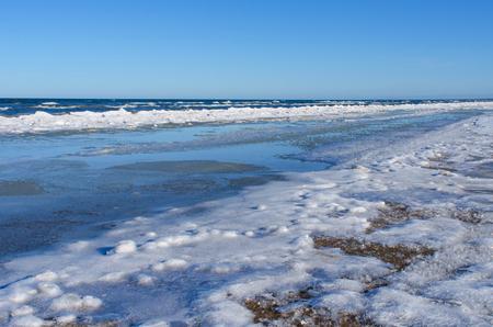 冬のバルト海の海岸