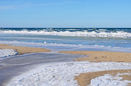 多くの色合い、形および雪、氷および水冬のバルト海の砂浜海岸での構造 写真素材
