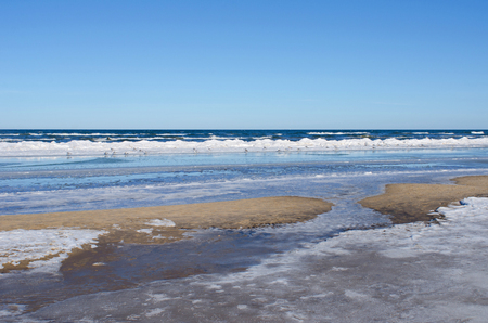 冬の美しい晴れた日バルト海の海岸で