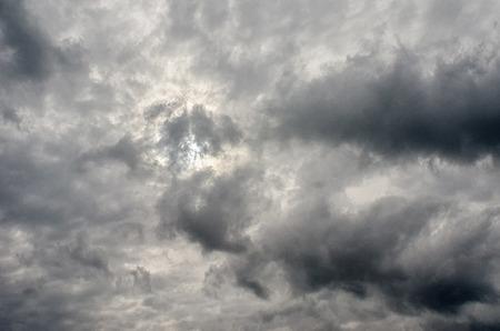 雲とその背後にある太陽と、荒れ模様の空 写真素材