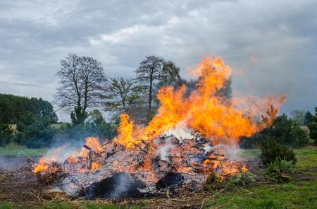 大炎農村地域における伝統的なイースターのたき火の成長