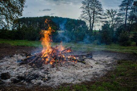 ヨーロッパの美しい農村地帯で夕方イースターたき火 写真素材