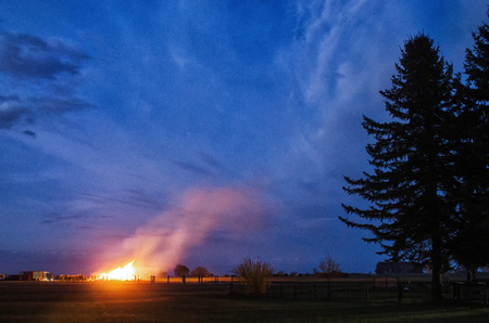 伝統的なドイツの村の住民に囲まれた大規模なイースターたき火