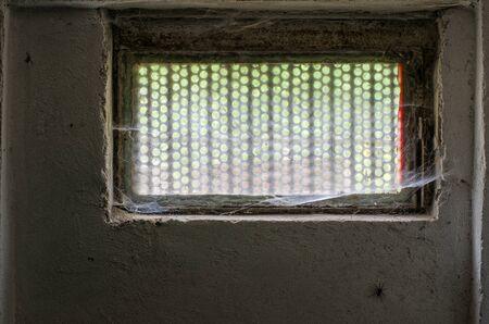 おそらく、web で覆われて窓からクロール クモの古いストー セラーのシーン 写真素材