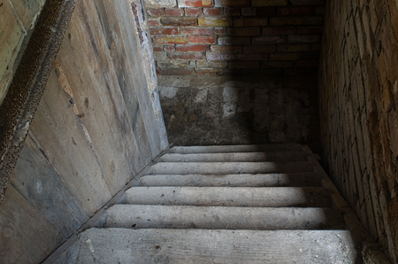 古い階段を暗い地下室に方法を導く