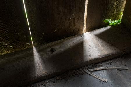 光と生命も素朴なドアの建物古い木製ボードの間の休憩を取得