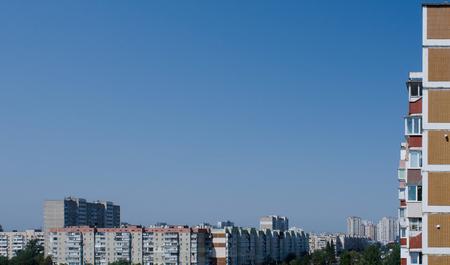 キエフ, ウクライナ, 日当たりの良い夏の日の青空をフレーミング soveit 時代住宅