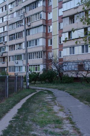旧ソ連時代住宅キエフ, ウクライナ、夏の青の時間の間に至るまでの小径