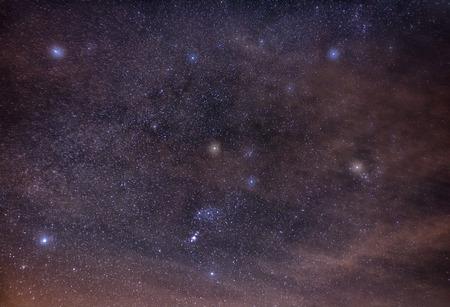 オリオン、おうし座、ぎょしゃ座、雲に包まれた星空夜空の双子座の星座
