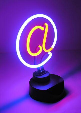 Een foto van een licht met een mededeling thema Stockfoto