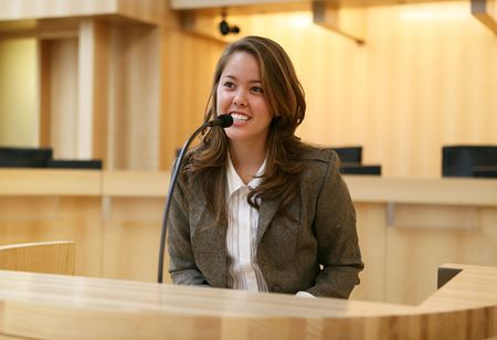 testify: A pretty young woman testifying in court Stock Photo