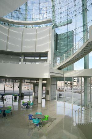daily room: Una caffetteria interna all'interno di un ufficio ad alta tecnologia edificio con sedie colorate