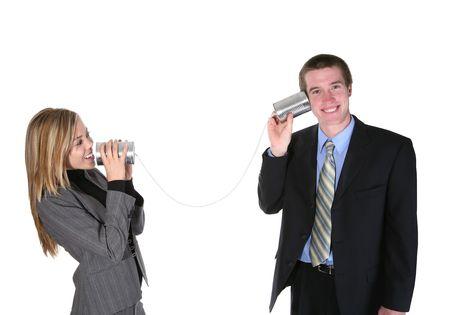 Un couple d'affaires communiquant sur une vieille boîte en fer blanc téléphone