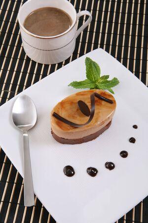 ambrosia: Una torta di cioccolato al gusto dolce torta su un piatto con del caff�