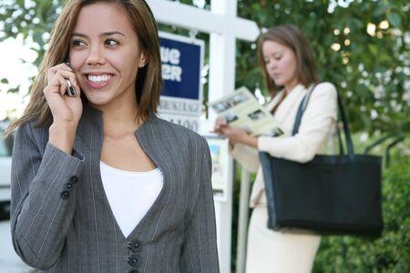 電話で美しい若い不動産業者女 写真素材 - 1489510