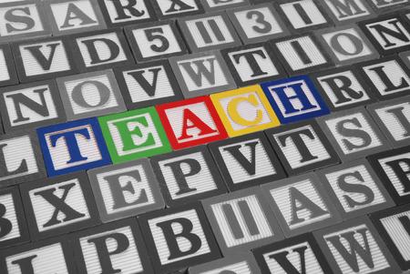 profesar: Colorido juguete bloques de ortograf�a de la palabra ense�ar  Foto de archivo
