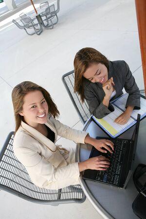 personas comunicandose: Un bonito negocio a un equipo fuera de cuadro en el ordenador