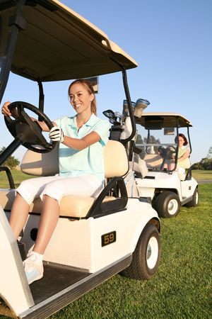teen golf: Dos mujeres golfistas bastante en la conducci�n de carros de golf