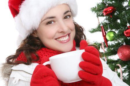 donna che beve il caff�: Un caff� bevente della donna graziosa durante il Natale