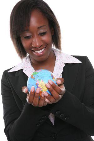Een mooi African American zakelijke vrouw bedrijf wereldbol