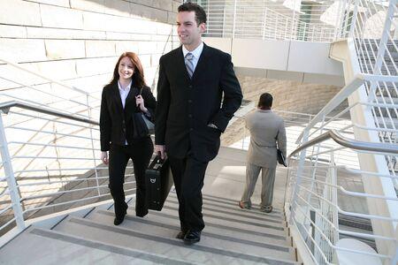 매력적인 남자와 여자 비즈니스 사람들이 계단을 걸어