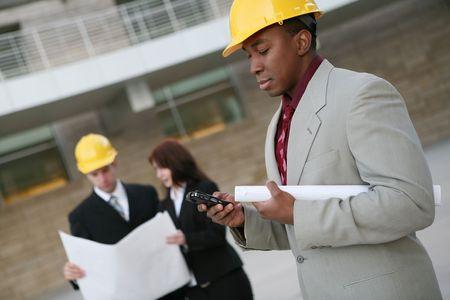 Un grupo de personas que trabajan como arquitectos de una obra de construcci�n  Foto de archivo - 2511482