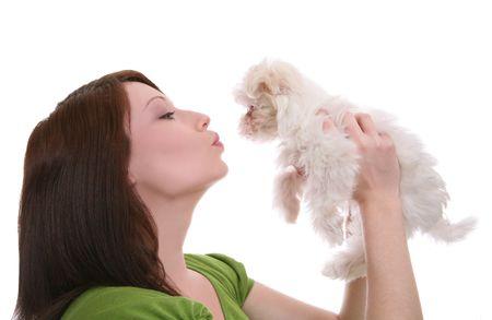Una hermosa mujer que muestra el amor (besos) a su perro  Foto de archivo - 2553515