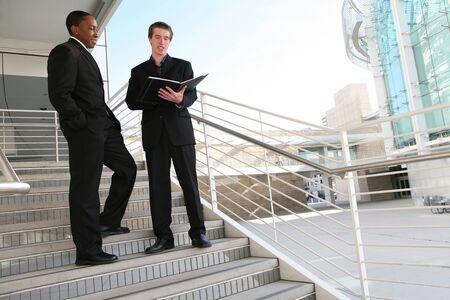 down the stairs: Un hombre de negocios diverso equipo de caminar por las escaleras