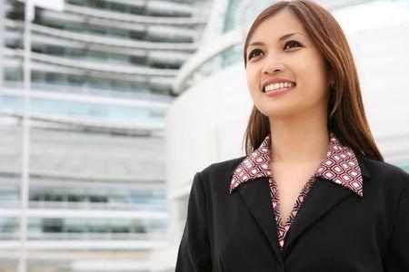 Молодая красивая Азии бизнес женщина в своей компании