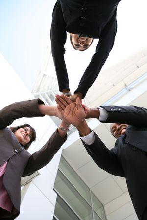 Une équipe diverse d'affaires avec des mains ensemble à la compagnie Banque d'images - 2851569