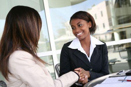 gespr�ch: Ein ziemlich African American business woman H�ndesch�tteln