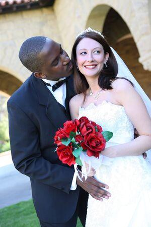 interracial marriage: Un attraente l'uomo e la donna sposi pronto per essere sposate