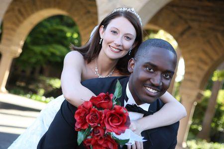 interracial: Ein attraktiver Mann und Frau Brautpaar bereit zu sein verheiratet