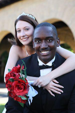 interracial: Ein attraktiver Mann und Frau Hochzeit Ehepaar bereit zu sein verheiratet Lizenzfreie Bilder