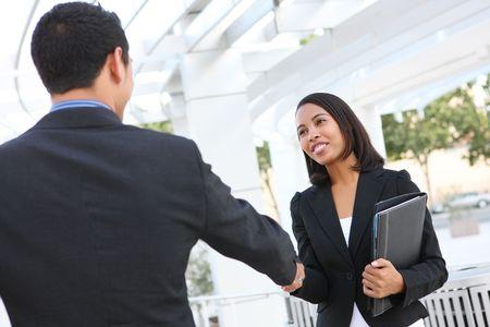gespr�ch: Attraktiver Mann und Frau business team H�ndesch�tteln auf B�rogeb�ude