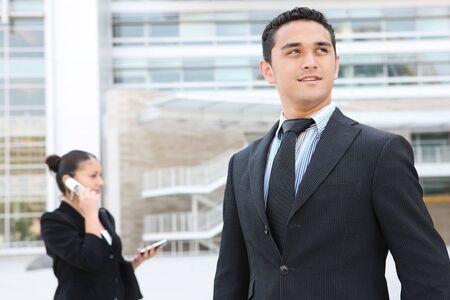 Un apuesto hombre de negocios delante de su edificio de oficinas Foto de archivo - 3239850