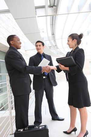 Een aantrekkelijke, diverse business team vergadering als een groep